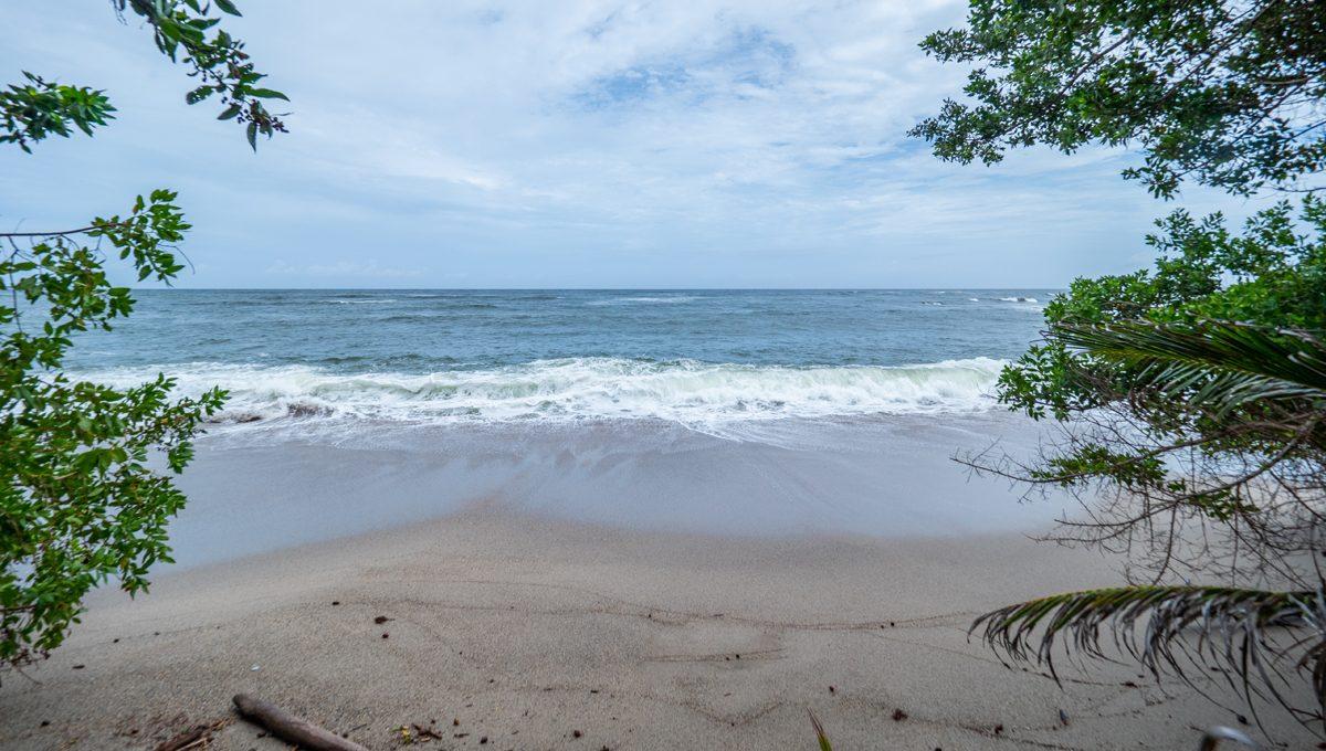 cumana-bay-porchto-beach-15-the-overseas-investor